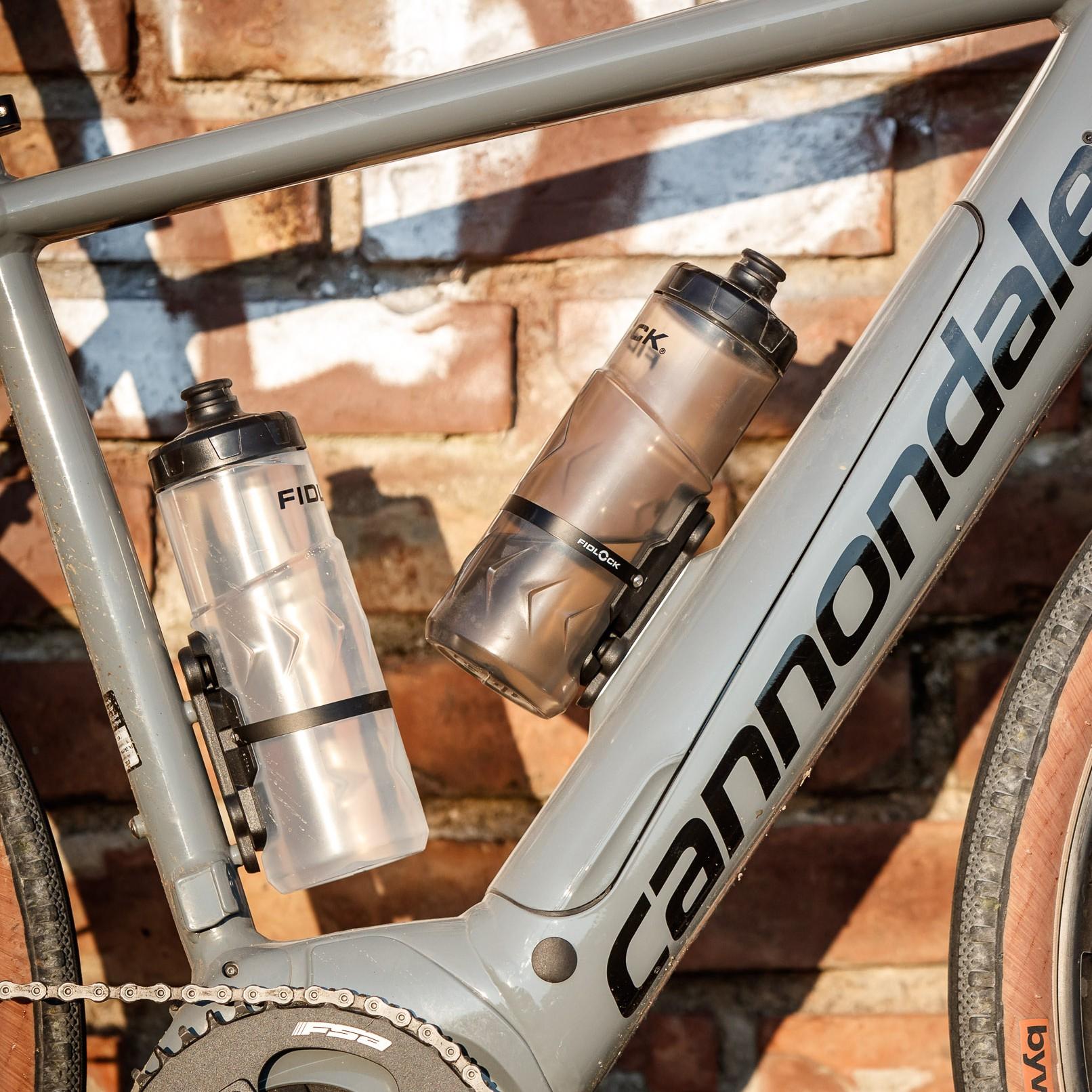 """#1 Magnetischer Flaschenhalter mit 600 ml Trinkflasche """"Bottle Twist inkl. Gravity Kit"""" von Fidlock. Das Haltemodul am Fahrrad ist unauffällig und mit lediglich 16 Gramm sehr leicht."""