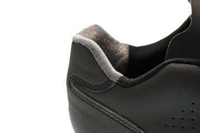 Der aufgeraute Einsatz um die Ferse hält selbige fest im Schuh.