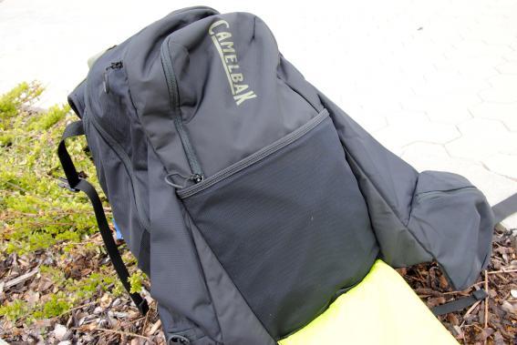 Unter der Helmhalterung sitzt eine kleine Netztasche.