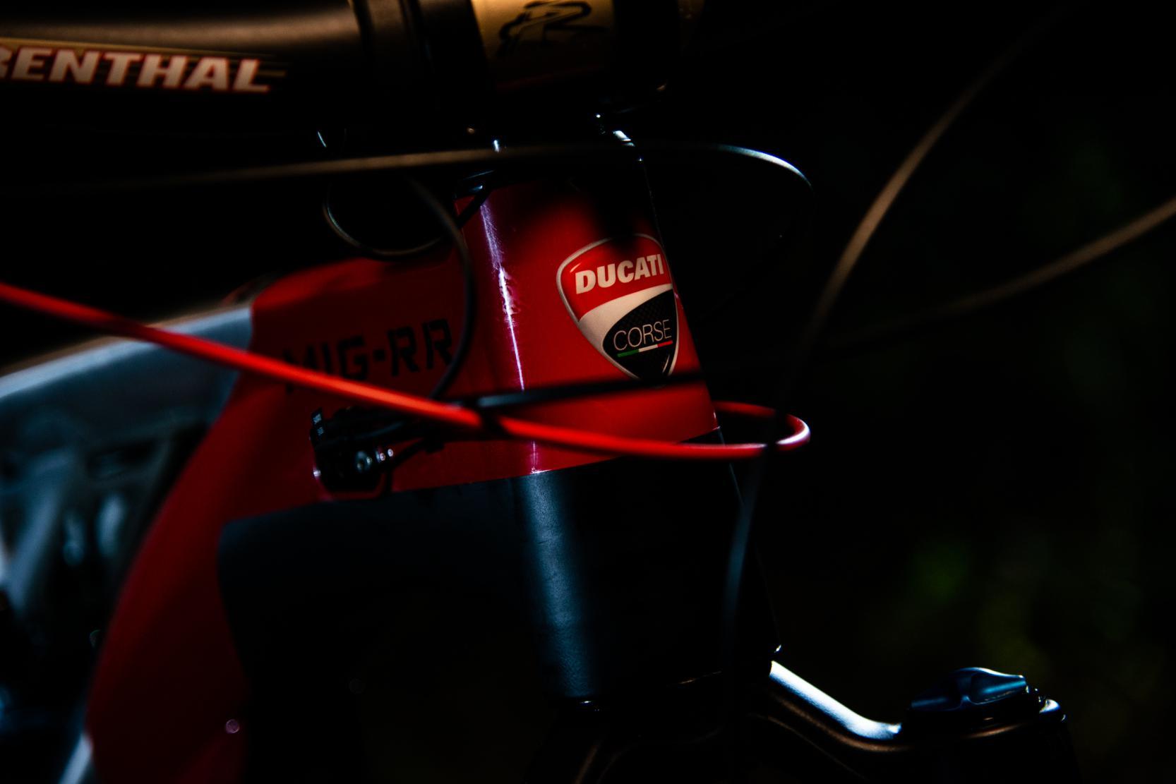 Das Steuerrohr trägt stolz das Ducati Corse Logo