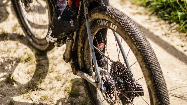 DT Swiss Gravel Laufräder 2019Go wide or go home. Hardcore Test der brandneuen GRC/GR/G-Gravel Laufräder in Carbon, Alu, 28 Zoll und 650b im Schweizer Jura bei fiesestem Wetter.