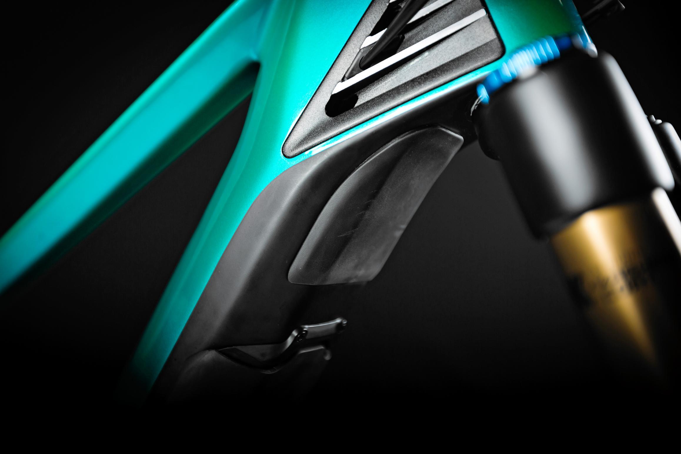 Frame Protector: Ein zusätzlicher Schutz am Unterrohr verhindert, dass die Gabelkrone bzw. ihre Einstellhebel bei einem Sturz Schäden verursachen.