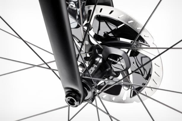Wheel Sensor Ein im Vorderrad integrierter Laufradsensor liefert präzise Daten fürGeschwindigkeit, Zeit und Distanz und speichert diese intern - ohne manuellem Start/Stopp und ohne aktiver Verbindung zum Radcomputer oder Handy (maximal900 Stunden). Selbstverständlich kann er jederzeit per Bluetooth mit kompatiblen Endgeräten oder der Cannondale App gekoppelt werden.