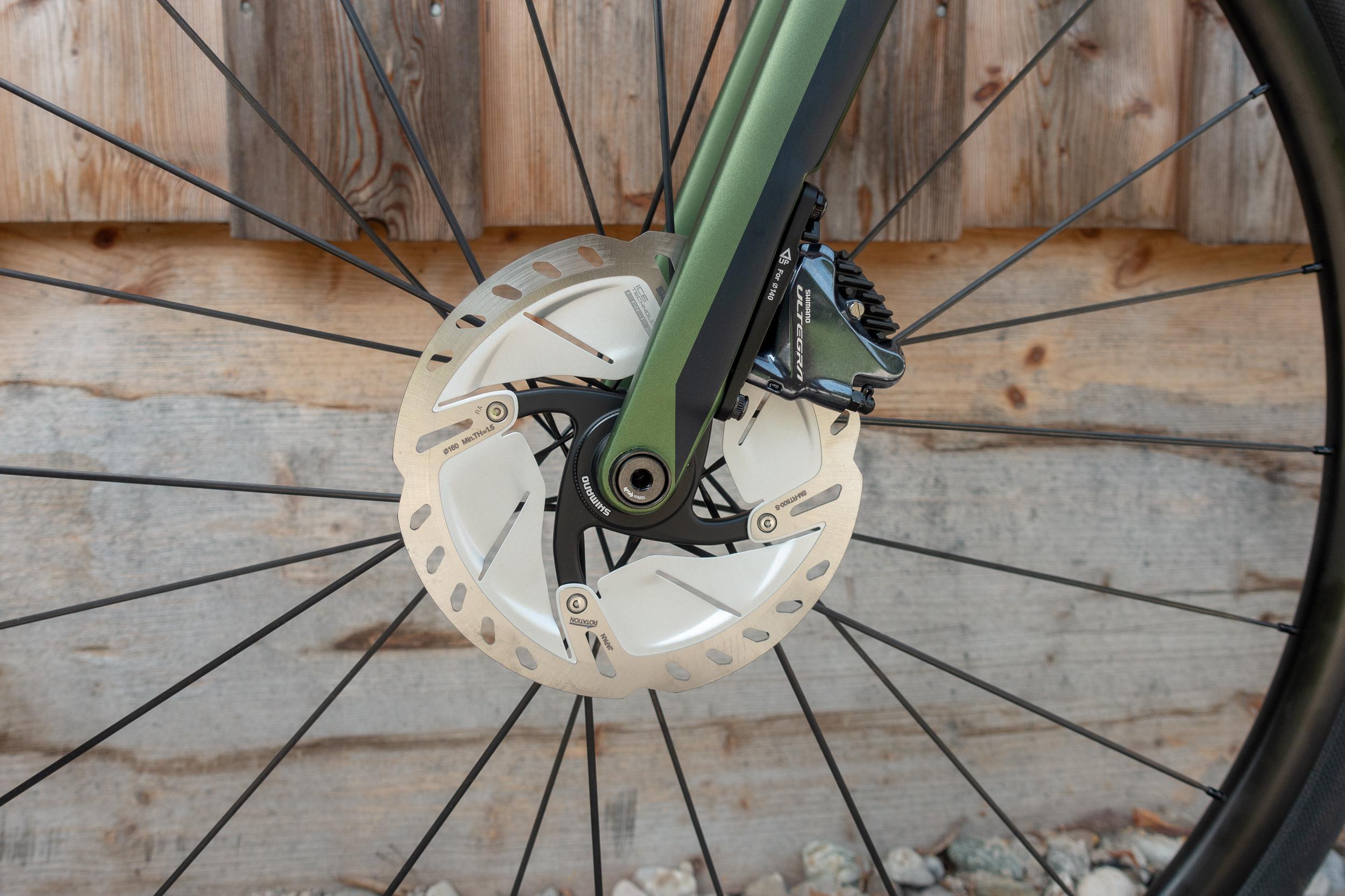 Vollcarbongabel mit Flat-Mount-Bremsen und 12 mm-Steckachse