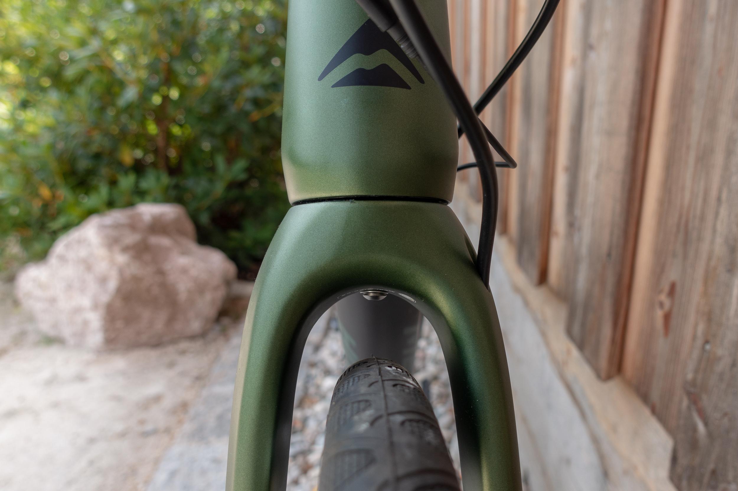 Merida gibt die maximale Reifenbreite mit 42 mm an; 35 mm bleiben mit montierten Kotflügeln