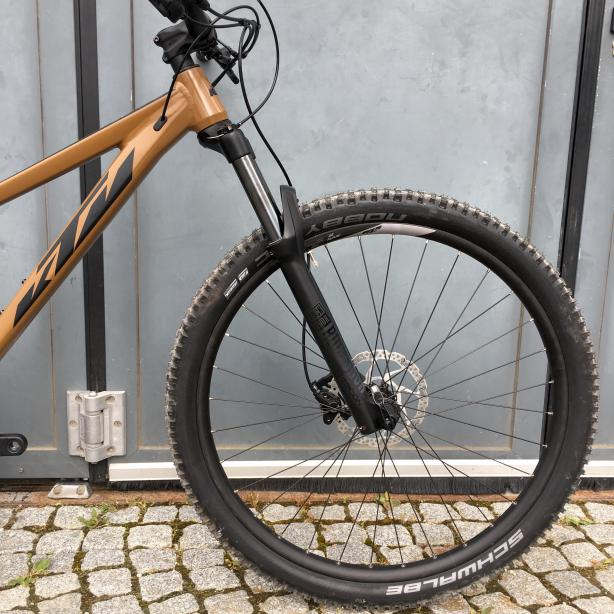 und 130 mm Rock Shox Recon Gabel.