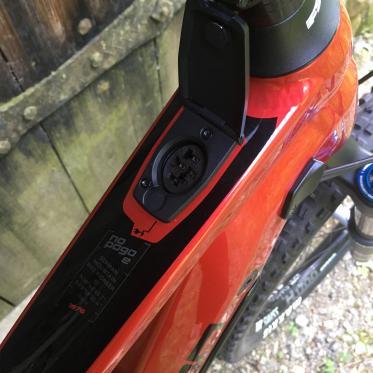 Energie wird am No Pogo E wie am Motorrad über eine Tankklappe am Oberrohr getankt.
