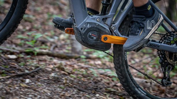 Kurztest Bosch Performance Line CXE-Biken 4.0: Den zehnten Geburtstag seiner eBike Systems feiert Bosch mit einem kleineren, leichteren, stärkeren und schlaueren MTB-Motor.