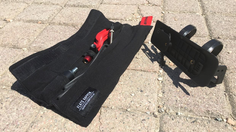 Werkzeug hinter der Klappe, Schlauch, Co2 Kartusche und Reifenheber im Täschchen. Das und noch ein paar Riegel oder Gels passt in das neue Staufach.