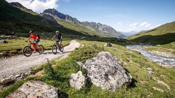 Ischgl - e-Biken mit Adrenalin und AlmrauschWir erfahren die einsame Weite hochalpiner Almen, genießen Kulinarik vom Allerfeinsten und freuen uns einmal mehr über die knackig-schönen Trails. Ischgl im Paznaun ist eine Bike-Destination der Gegensätze.