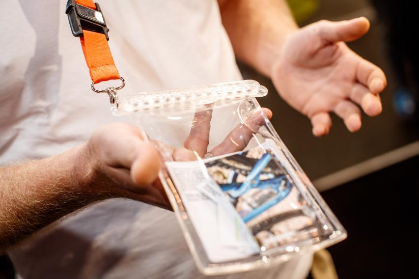 FOLD dry bag 160: eine 100% wasserdichte (bis 30 m), flexible, magnetisch dichtende Tasche für Wertgegenstände.