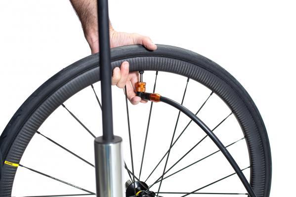 Anschließend pumpen wir das Laufrad bis zum Maximaldruck auf und die Reifen springen hörbar in die Reifenflanken.