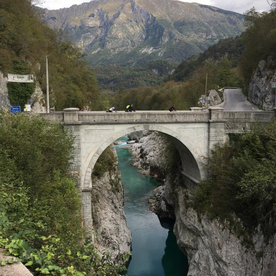Die Napoleonbrücke bei Kobarid führt uns ans andere Ufer der Soca...