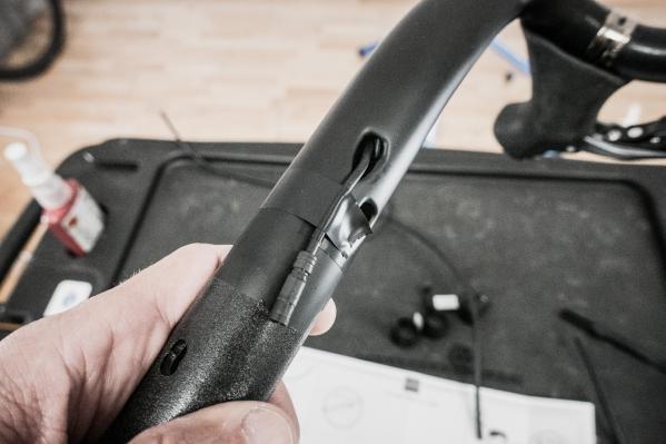 Die Kabel mit Klebeband sichern, damit sie nicht aus Versehen ins Lenkerinnere rutschen.