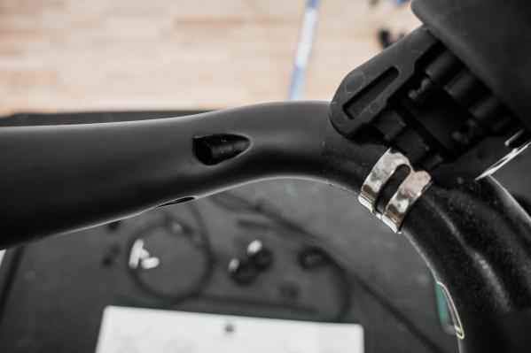 Je nach Position des Schalthebels und der vorhandenen Lenkerbohrungen werden die passenden Öffnungen für Kabel und Leitungen identifiziert.