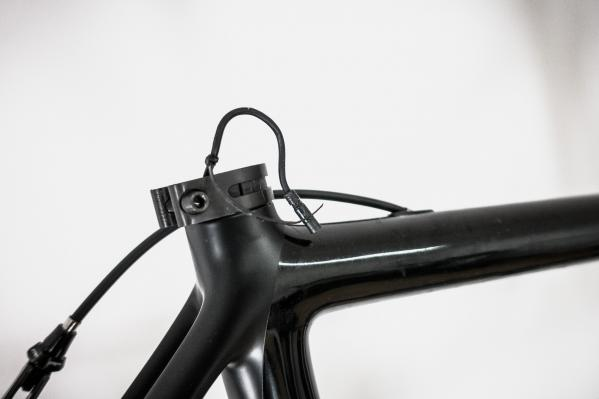 Das Kabel des Akkus mit Klebeband oder Kabelbinder vor dem Hineinrutschen ins Sattelrohr sichern.