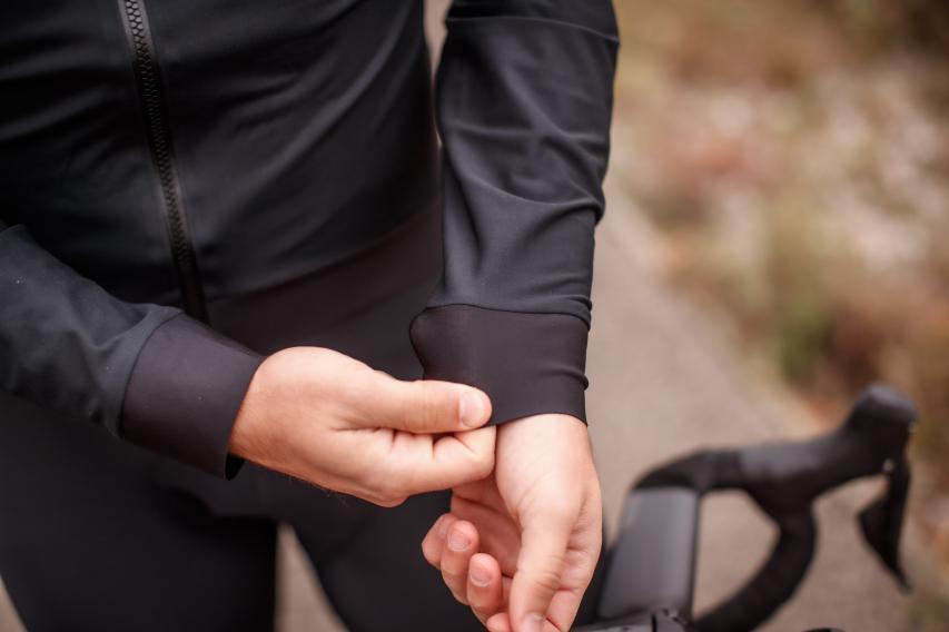 Handschuh drüber, Handschuh drunter oder ganz ohne Fingerschutz - die flexiblen Ärmelabschlüsse erlauben jede Konfiguration.