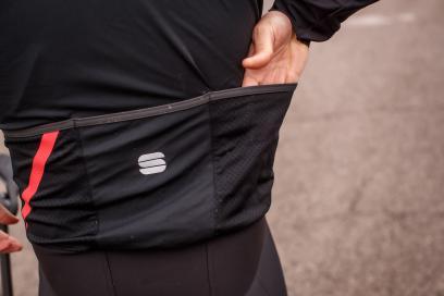 Die zwei äußeren Rückentaschen aus Mesh lassen den Regen direkt durch. Die mittlere Tasche ist etwas dichter und nur an der Unterseite perforiert.