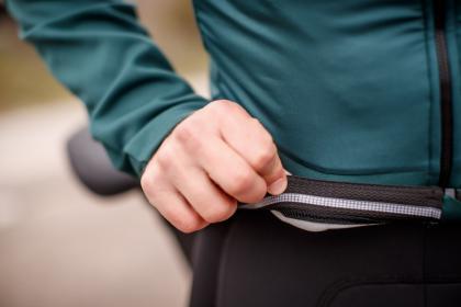 Silikon am Bund hindert die Jacke am lästigen Hochrutschen.