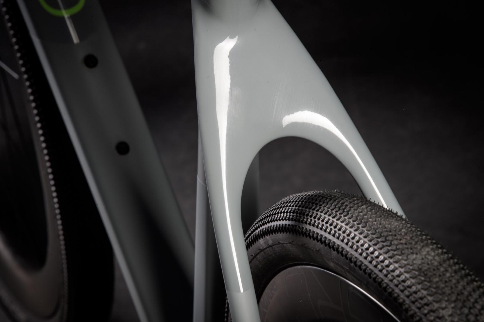 TIRE CLEARANCE: Dank desmassiven Monostays mit den zwei tief ansetzenden Kettenstreben und dem speziellen Design für 1-fach-Antriebe, kann der Rahmen Reifen bis maximal2.4? in 650B (bzw. 46 mm in 700C) aufnehmen.