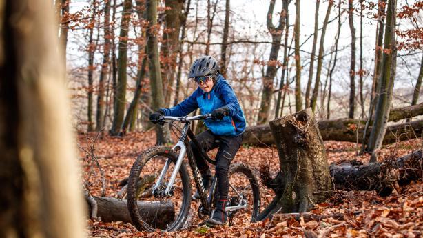 Woom Off 6 im TestÖsterreichs bekanntesten Kinderräder-Produzenten zieht es ins Gelände. Wooms erstes Mountainbike im großen BB-Praxistest. Was kann das Rad, und für wen ist es geeignet?