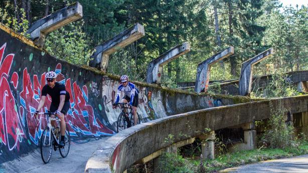 Mit dem Rennrad um SarajevoSarajevo, die kulturell vielseitige Hauptstadt Bosniens, ist für die meisten Rennradfahrer vermutlich Neuland. Doch rund um die olympischen Berge bieten sich idyllische Strecken mit reichlich Höhenmetern an ...