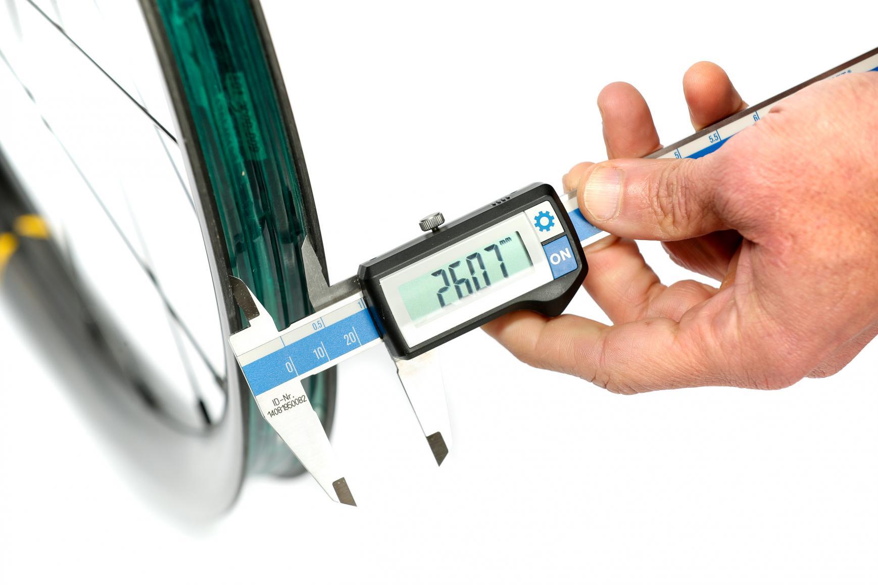Beim Reifen die Kompatibilität mit der Innenbreite der Felge prüfen. Bei 26 mm innen empfehlen wir 44 bis 60 mm breite Reifen.