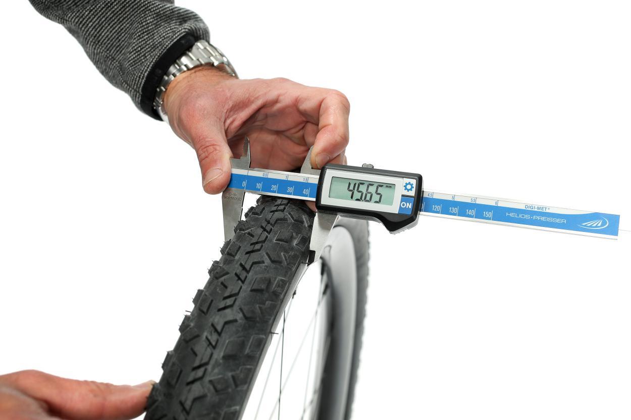 Der Pirelli Reifen in 45C schwang sich auf echte 45,65 mm Breite auf.