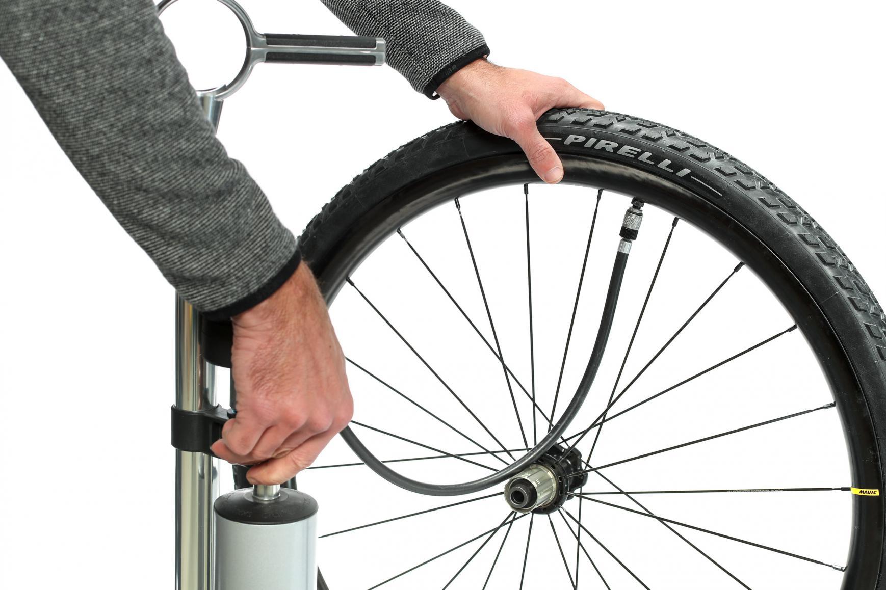 Mit einer kräftigen Pumpe oder einem Kompressor pumpen wir so viel Luftdruck in das Laufrad, dass der Reifen hörbar in den Felgenflanken einrastet.