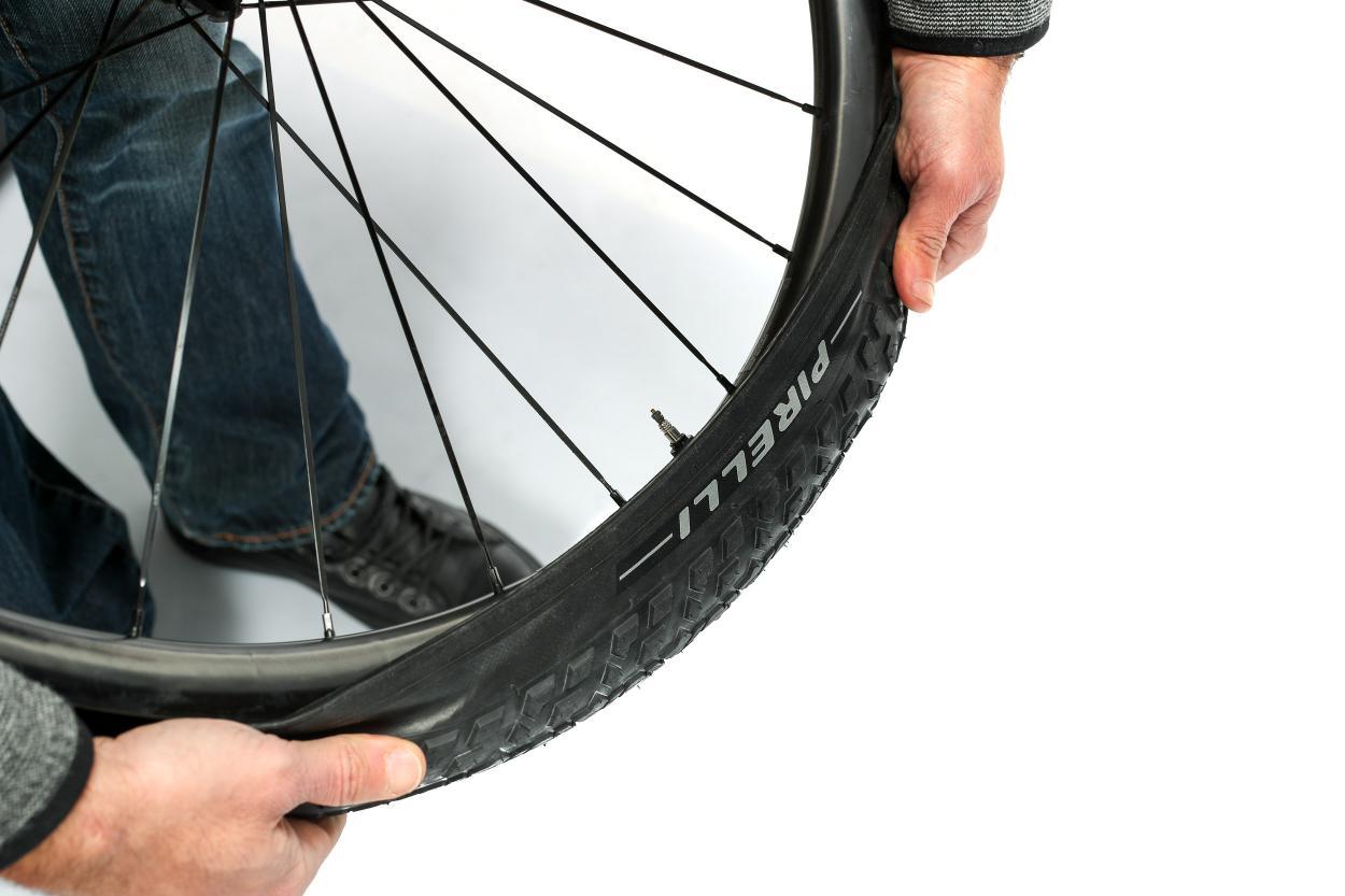 Gegenüber des Ventils beginnen wir den Reifen aufzuziehen...