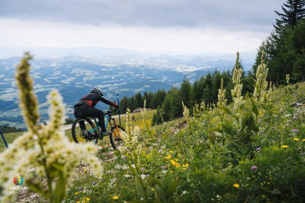 Die Petzen bietet panoramareiche Trails von Brechsand bis Natur.