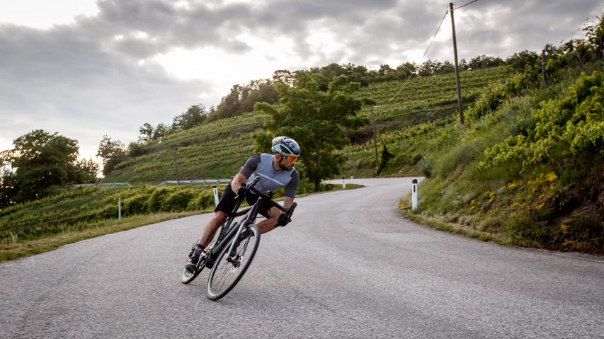 Canyon Endurace:ON 7.0Konzipiert für Langstrecken auf Asphalt und Schotter: Für 2.999 Euro bekommt der elektroaffine Rennradfahrer extra Unterstützung, um besonders anspruchsvolles, hügeliges Gelände zu erkunden oder mit schnelleren Gruppen zu fahren. Test des ersten E-Rennrads aus Koblenz.