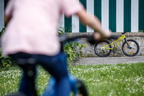 """... frohlockte sie dennoch dem viel zu großen, in 24"""" bereiften Bike."""