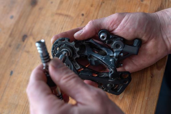 Altes Schaltwerk vom Rad abschrauben und den Kettenstabilisator ausstellen.