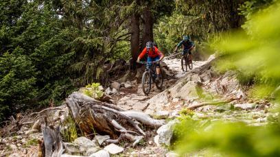 Rückkehr: 3-Länder Enduro Trails um Nauders und den ReschenseeFernab von klassischem Bikepark-Gehabe versteckt sich hinter dem Deckmantel der 3-Länder Enduro Trails zwischen Tirol, Südtirol und dem Engadin ein wahres Singletrail-Paradies.