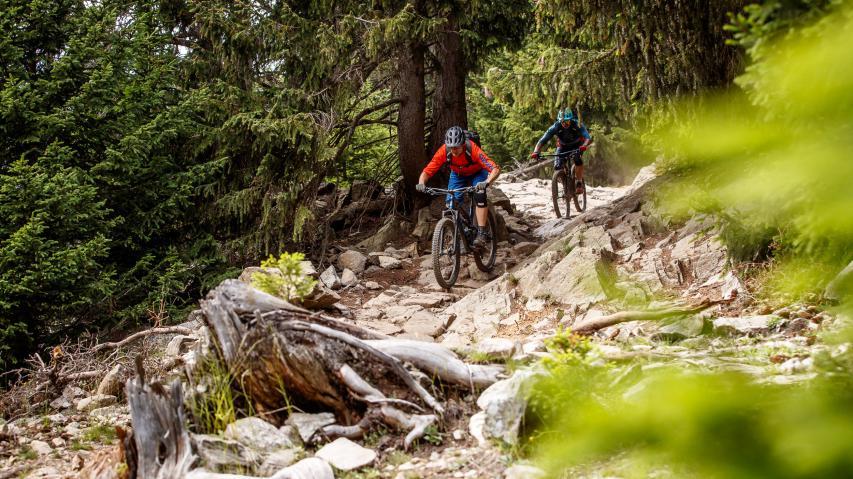 3-Länder Enduro Trails um Nauders und den ReschenseeFernab von klassischem Bikepark-Gehabe versteckt sich hinter dem Deckmantel der 3-Länder Enduro Trails zwischen Tirol, Südtirol und dem Engadin ein wahres Singletrail-Paradies.