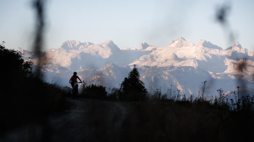 Bosch eMTB Trophy IndividuellWenn die Salzkammergut Trophy ruft, ist uns kein Weg zu weit. 176 Kilometer und 5.904 Höhenmeter mit Vater Bosch durch Mutter Natur - ein Selbstversuch.