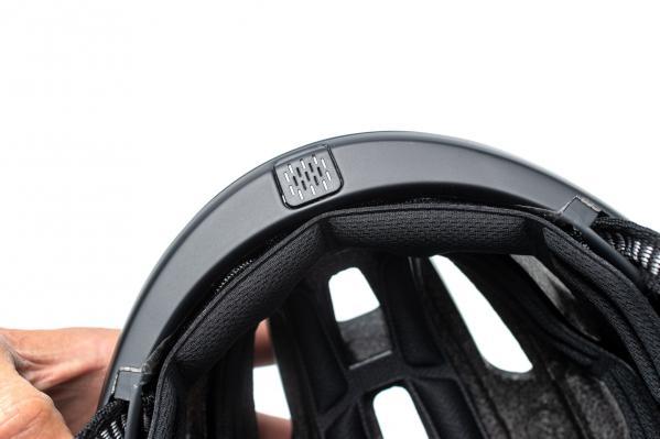 Das eingebaute Micro an der Vorderseite des Helms ist auch bei schneller Fahrt gut vom Fahrtwind abgeschirmt.