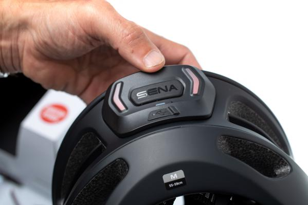 Der Helm verfügt über ein eingebautes Rücklicht, das die Sichtbarkeit für andere auf der Straße verbessert.