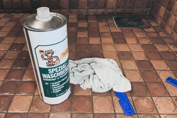 ... mit Waschbenzin gründlich reinigen...