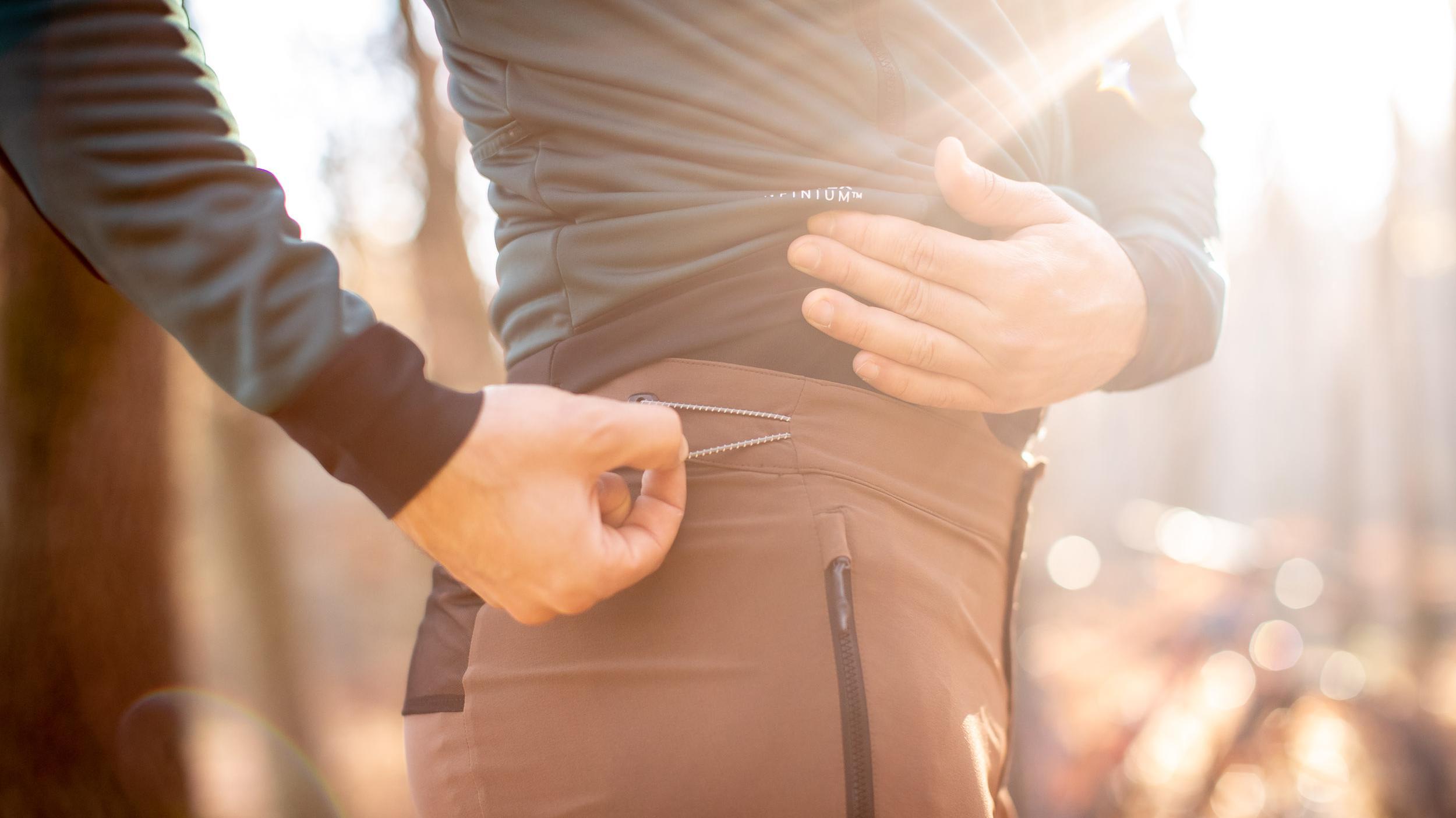 Wer seine Hose legerer als auf unseren Bildern wünscht, sollte eine Nummer zu groß kaufen. Der praktische Gummizug beidseitig der Hüften sorgt dann für sicheren Halt.