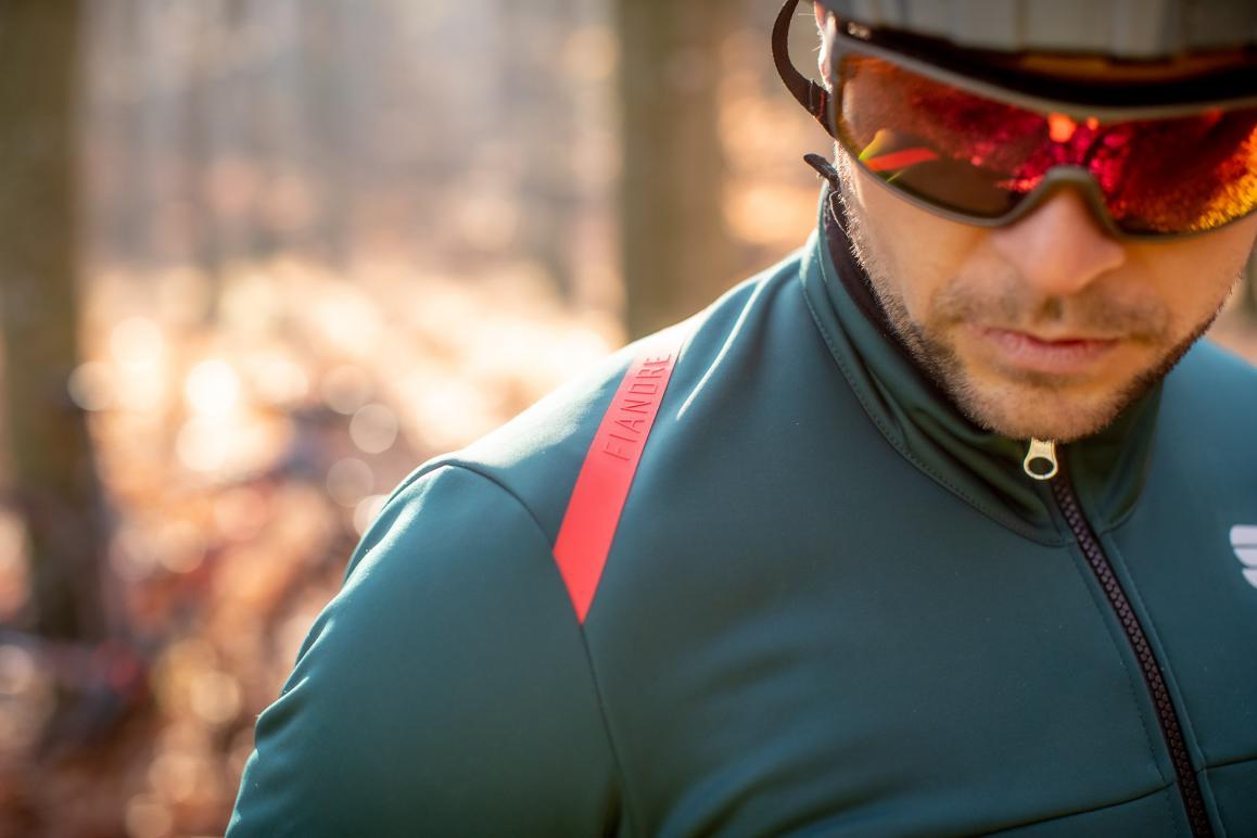 Das typische Fiandre-Logo an der Schulter markiert die Schlechtwetterkleidung.