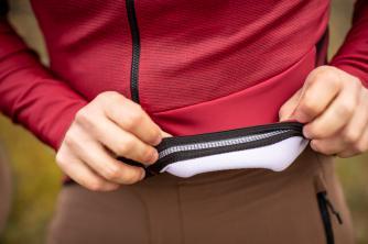 Der gummierte Bund hält das Trikot auch bei beladenen Taschen und ruppiger Fahrt sicher an seinem Platz.