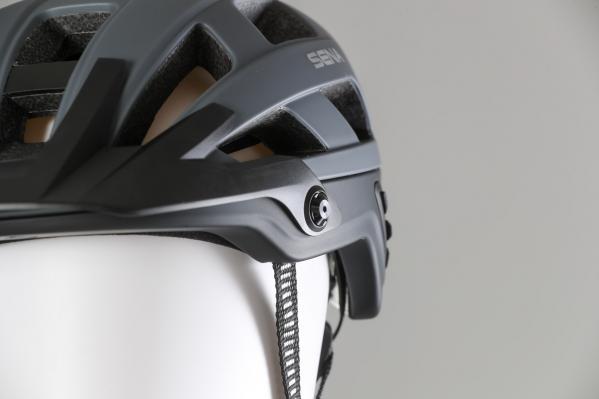 Auch die Gestaltung der Riemen erinnert an den R1 EVO - Brillenbügel sollten sich sowohl darunter als auch darüber tragen lassen