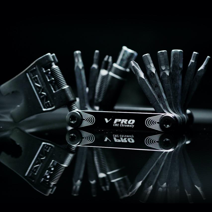 V PRO 5: HEX 3/4/5/6 mm, Phillips V PRO 7: HEX 3/4/5/6 mm, TORX T10/T25, Phillips V PRO 10: HEX 2/3/4/5/6/8 mm, TORX T10/T25, Phillips, AL Chain Breaker V PRO 11: HEX 2/2.5/3/4/5/6/8 mm, TORX T10/T25/T30, Phillips V PRO 13: HEX 2/2.5/3/4/5/6/8 mm, TORX T10/T25/T30, Phillips, AL Chain Breaker, Link Storage V PRO 17: HEX 2/3/4/5/6 mm, TORX T10/T25, Phillips, Chain Breaker , 8/10 mmSchlüssel, 4 Speichenschlüssel, Tubeless Tire Plug Kit