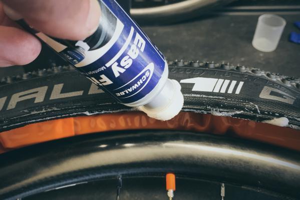 ... und auch den anderen Reifenwulst mit der Montageflüssigkeit bestreichen.