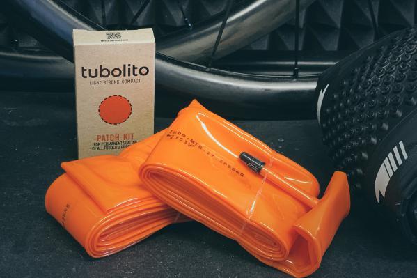Ein Paar Tubo-MTB PSENS Schläuche und ein spezielles Flickenset für alle Fälle.
