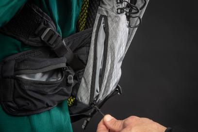 Ein kleines Fach am Rücken schützt das Smartphone bei Stürzen.