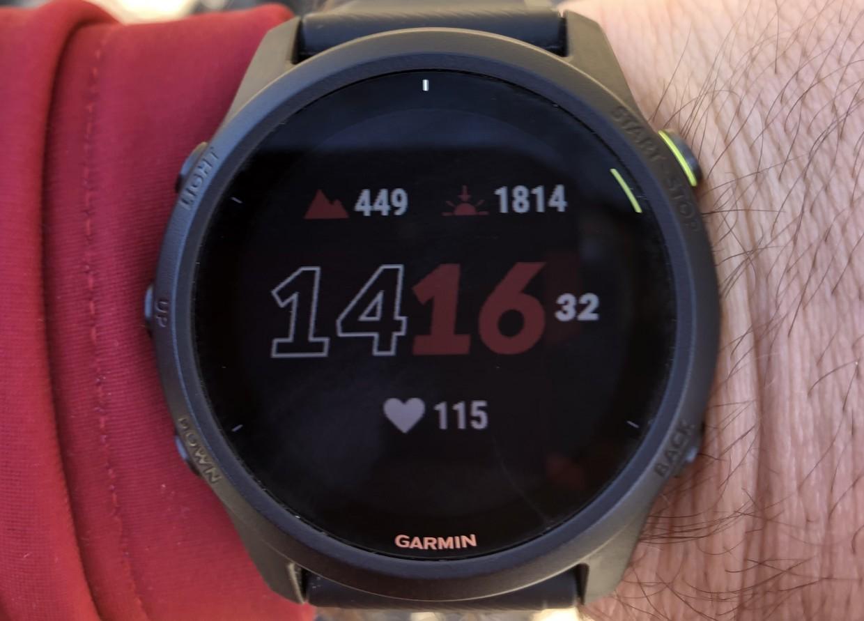 Der persönliche Favorit unter den Watch-Faces. Uhrzeit, Sonnenauf- und untergang, aktuelle Höhe und Herzfrequenz sind so immer im Blick. Die Parameter können aber direkt auf der Uhr jederzeit frei konfiguriert werden.