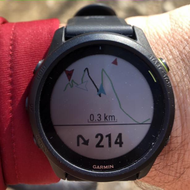 Rudimentäre Navigation mit Abbiegehinweisen. Norden und Fortbewegungsrichtung sind rot markiert.